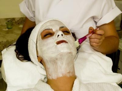nanášení pleťové masky navyčištěnou pleť